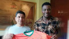 Indosport - Egwuatu Ouseloka (kanan) saat dikenalkan oleh Aceh United.