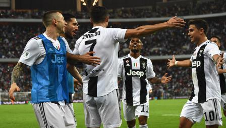 Cristiano Ronaldo akan melakukan selebrasi bersama rekan satu timnya usai mencetak gol ke gawang AC Milan pada laga Supercoppa Italiana.