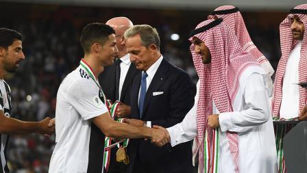 Cristiano Ronaldo berjabat tangan usai menerima medali juara Piala Supercoppa Italiana di King Abdullah Sports City pada (16/01/19) di Jeddah, Arab Saudi.