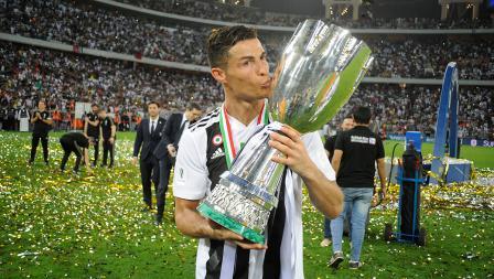 Cristiano Ronaldo merayakan kemenangan Juventus dengan mencium trofi Supercoppa Italiana di King Abdullah Sports City pada (16/01/19) di Jeddah, Arab Saudi.