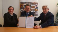 Indosport - Poul-Erik Hoyer (tengah) saat menandatangani kesepakatan kerja sama dengan taekwondo.