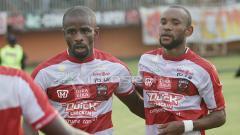 Indosport - Greg Nwokolo melakukan selebrasi gol dengan Zah Rahan