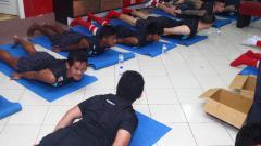 Indosport - Penggawa PSM Makassar melakukan latihan di dalam ruang ganti.