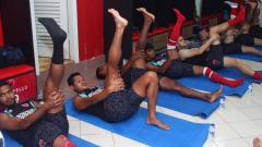 Indosport - Penggawa PSM Makassar melakukan latihan di dalam ruangan