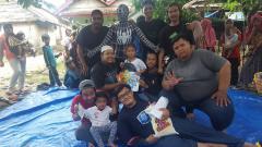 Indosport - Charity Paguyuban Suporter klub sepak bola Eropa wilayah Tangsel kepada korban bencana tsunami di Paniis, Tamanjaya, Ujung Kulon, Banten.