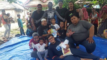 Charity Paguyuban Suporter klub sepak bola Eropa wilayah Tangsel kepada korban bencana tsunami di Paniis, Tamanjaya, Ujung Kulon, Banten. - INDOSPORT
