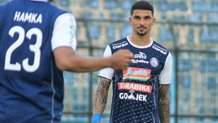Bek asing Arema FC, Arthur Cunha, menyikapi secara bijak jadwal kompetisi Liga 1 yang karut marut. - INDOSPORT