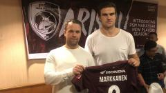 Indosport - Agen Jonne Lindblom (kiri) dan striker baru PSM Makassar Eero Markkanen (kanan).