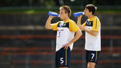 Indosport - Daniel Mullen (depan) bersama Jason Hoffman dalam latihan Timnas Australia