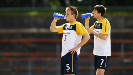 Daniel Mullen (depan) bersama Jason Hoffman dalam latihan Timnas Australia - INDOSPORT
