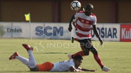 Greg Nwokolo saat Madura United vs Borneo FC. - INDOSPORT