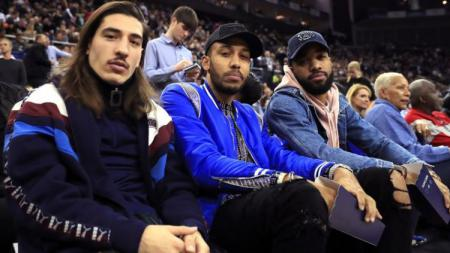 Pemain Arsenal menyaksikan pertandingan NBA Global Games di London - INDOSPORT