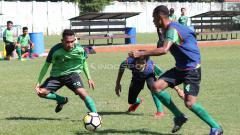 Indosport - Abu Rizal Maulana serius mengikuti mini games di Lapangan Jenggolo, Sidoarjo. Jumat (18/1/19).