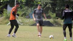 Indosport - Pelatih kiper Bali United, Andy Petterson