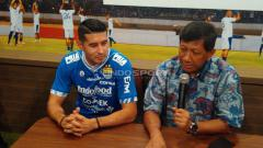 Indosport - Komisaris PT PBB, Kuswara S Taryono (kanan) bersama pemain anyar Persib Bandung, Esteban Vizcarra.