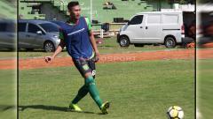 Indosport - Hansamu Yama Pranata saat mengikuti latihan perdana di Lapangan Jenggolo, Sidoarjo. Jumat (18/1/19).