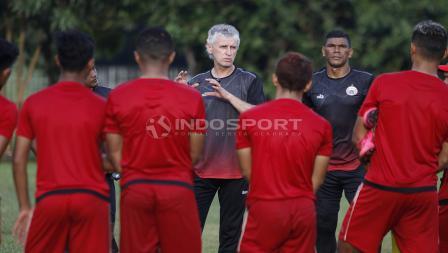 Pelatih Persija Jakarta, Ivan Kolev (tengah) sedang memberi arahan kepada para pemainnya.