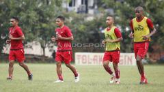 Indosport - Tal hanya Neguete, pemain anyar Persija lainnya yakni Tony Sucipto (kedua dari kiri) juga telah hadir di latihan Macan Kemayoran sore ini.