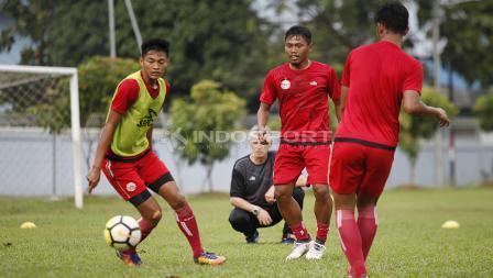 Tony Sucipto (tengah) pindah dari klub sebelumnya, Persib Bandung.