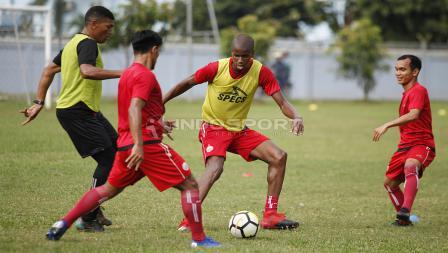 Neguete (kedua dari kanan) direkrut sebagai pengganti Jaimerson da Silva yang hijrah ke Madura United.