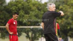 Indosport - Pelatih Ivan Kolev (kanan) saat memberikan arahan kepada pemainnya.