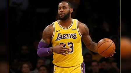 Bintang LA Lakers, LeBron James, diprediksi bakal tampil habis-habisan untuk membayar kegagalan musim lalu. - INDOSPORT