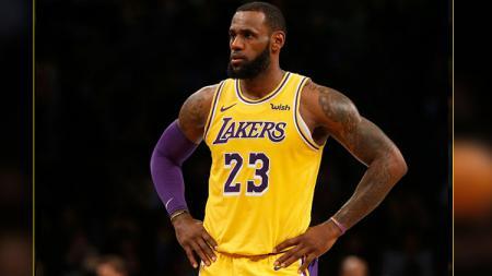 Bintang Los Angeles Lakers, LeBron James, yang akan bermain di film Space Jam 2, kabarnya akan beradu akting dengan pemain Golden State Warriors. - INDOSPORT