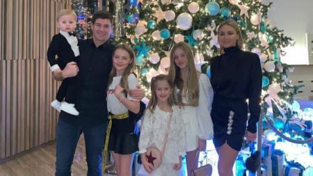 Steven Gerrard bersama keluarganya. - INDOSPORT