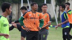 Indosport - Asisten pelatih Persebaya Surabaya Bejo Sugiantoro berdiskusi dengan pemainnya, saat latihan di Lapangan Polda Jatim. Sabtu (19/1/19).