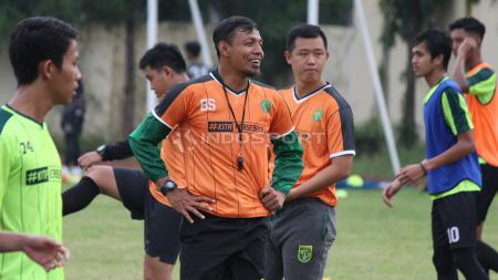 Asisten pelatih Persebaya Surabaya Bejo Sugiantoro berdiskusi dengan pemainnya, saat latihan di Lapangan Polda Jatim. Sabtu (19/1/19). - INDOSPORT
