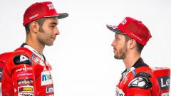 Indosport - Danilo Petrucci (kiri) dan Andrea Dovizioso yang kini menjadi rekan setim di Ducati.