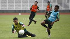 Indosport - Kiper Satria Tama (kiri) menggagalkan peluang yang didapat Todd Rivaldo Ferre.