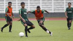Indosport - Marinus Wanewar (kedua dari kanan) mencoba melewati hadangan Jayus Hartono.