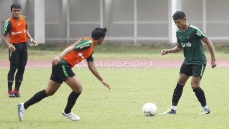Aksi Dimas Drajad (kanan) mengamankan bola.