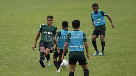 Duel antara Dimas Drajad (kiri) dan Todd Rivaldo Ferre. - INDOSPORT