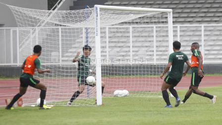 Bola telah masuk ke gawang atas sepakan Marinus Manewar, namun wasit tidak mengesahkan gol tersebut.