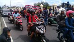 Indosport - Ribuan suporter Persis Solo baik Pasoepati maupun Surakartans mulai memadati kawasan Stadion Maguwoharjo.