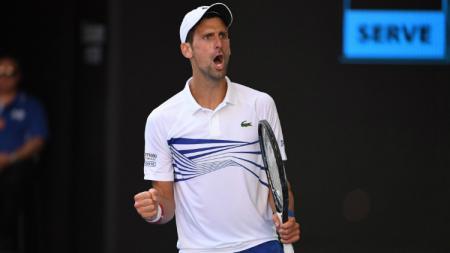 Novak Djokovic selebrasi usai memastikan tiket ke 16 besar Australia Terbuka, Sabtu (19/01/19). - INDOSPORT