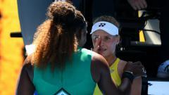 Indosport - Dayana Yastremska ditenangkan oleh Serena Williams usai kalah di Australia Terbuka 2019.