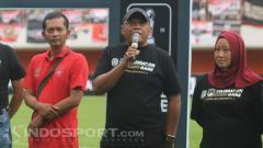 Indosport - Mantan manajer PSS Sleman, Sismantoro memberikan sambutan