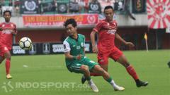 Indosport - Gelandang PSS Sleman, Rangga Muslim (kiri) melewati pemain Persis, Andreantono Ariza