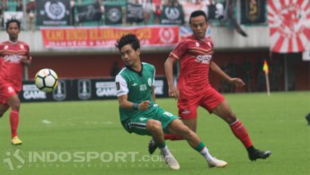 Gelandang PSS Sleman, Rangga Muslim (kiri) melewati pemain Persis, Andreantono Ariza