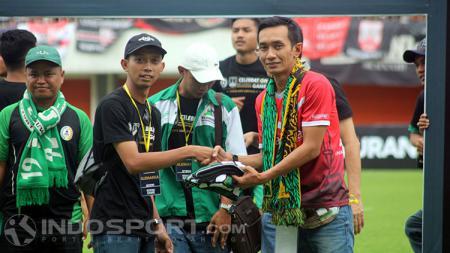 Presiden Pasoepati, Aulia Haryo Suryo (kanan) menerima cendera-mata dari perwakilan Slemania - INDOSPORT