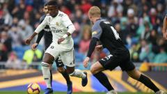 Indosport - Bintang Muda Real Madrid, Vinicius Junior mencoba melewati kawalan para pemain Sevilla, Sabtu (19/01/19).