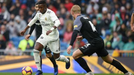 Bintang Muda Real Madrid, Vinicius Junior mencoba melewati kawalan para pemain Sevilla, Sabtu (19/01/19). - INDOSPORT