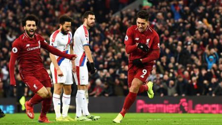 Dua pemain Liverpool Mohamed Salah (kiri) dan Roberto Firmino (kanan) saat merayakan gol ke gawang Crystal Palace dalam ajang Liga Primer Inggris (Premier League), Sabtu (19/01/19). - INDOSPORT