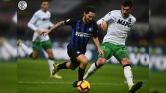 Indosport - Perebutan bola di lini tengah pada laga Inter Milan vs Sassuolo dalam ajang Liga Italia, Minggu (20/01/19).