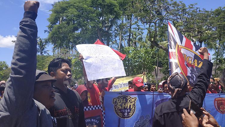 Andi Peci berorasi di depan gabungan suporter sepak bola Indonesia, di depan Hotel Sofitel, Beach Resort. Minggu (20/1/19). Copyright: Fitra Herdian/Indosport