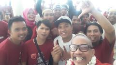 Indosport - Daeng Uki bersama para suporter di Timika.