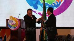 Indosport - Edy Rahmayadi memberikan bendera PSSI kepada Joko Driyono, sebagai tanda pindahnya tanggung jawab ketua PSSI. Minggu (20/1/19).